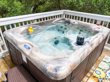 Outdoor hot tub on Garden room balcony in the trees